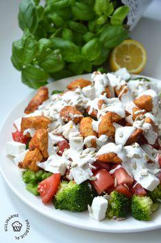 Sałatka z brokułempod różnymi postaciami pojawia się w naszym domu dość często, ponieważ obojętnie z czym ją podamy, zawsze jest pysznie! Caprese Salad, Cobb Salad, Feta, Catering, Grilling, Food And Drink, Lunch, Cheese, Recipes