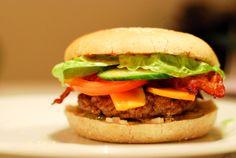 Bollen er et af de vigtigste elementer i en burger. En burger kan være  noget af det bedste, men det kan desværre også være en rigtig trist omgang.  Ofte er bollen en væsentlig faktor. En sørgelig bolle kan ødelægge hele  oplevelsen, og omvendt kan den helt rigtige bolle løfte din burger til et  helt andet niveau.  Burgerboller skal ikke være sunde, de skal ikke have skorpe, og de skal  ikke være tørre.Burgerboller skal være søde, de skal være bløde, og de  skal være rigtig dejligt…