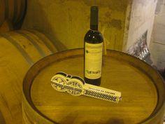 A miniatura xunto a unha botella do viño ao que lle dá nome.