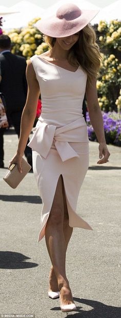 Lady like for Ladies Day! Jennifer Hawkins stunned in a fitted pale pink frock at Melbounre's Flemington Racecourse for Oaks Day Supernatural Style Race Day Outfits, Derby Outfits, Outfits With Hats, Ascot Outfits 2017, Day At The Races Outfit, Ascot Dresses, Derby Attire, Dresses For The Races, Peplum Dresses