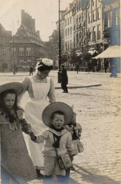 Linley Sambourne, Edward - Dutch Nursery maid with children in Haarlem. Photo taken by the Englishman Edward Linley Sambourne during his tour to Holland, 17 Apr Antique Photos, Vintage Pictures, Vintage Photographs, Old Pictures, Old Photos, Belle Epoque, Portraits Victoriens, Photographie New York, Style Édouardien