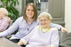 Im Pflegezentrum Paulinenpark der Diak Altenhilfe Stuttgart leben die Bewohnerinnen und Bewohnern in sechs Hausgemeinschaften. So können sie im täglichen Leben ihre Fähigkeiten zum Wohl der Hausgemeinschaft einbringen und ein weitgehend selbständiges Leben führen.