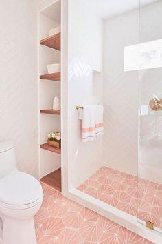Dit gaat alleen om de planken naast de douche, hoe deze opbergruimte is gemaakt. En het feit dat je een ruimte in de douche kabine hebt waar je de shampoo etc neer kan zetten Gold Bathroom, Modern Bathroom, Bathroom Ideas White, Pink Bathrooms, Pink Bathroom Decor, Tiles For Bathrooms, Bathroom Ideas And Ideas, Bathroom Tile Colors, Small Master Bathroom Ideas