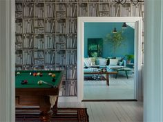 Post: Colores fuertes para una casa nórdica --> alfombras lamparas grandes, blog decoracion interiores, casa nórdica decoración, decoración azul, decoración casas grandes, decoración colores fuertes, estilo nórdico, paredes de colores
