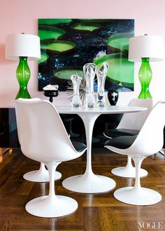 Emerald & Black & White APT with LSD Alina Cho, pink walls, green art lamps, Saarinen table, chairs Mesa Saarinen, Saarinen Table, Tulip Chair, Tulip Table, Pink Vintage, Mid-century Modern, Rooms Ideas, Futuristisches Design, Interior Design