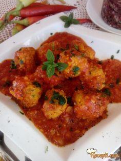 Recept za Pikantne ćufte u sosu od paradajza. Za spremanje ovog jela neophodno je pripremiti mleveno meos, luk, papričice, slaninu, jaja, prezle, so, biber, peršun, paradajz.