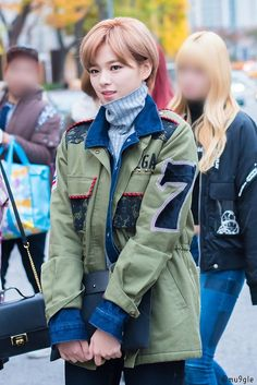 To whoever blurred the faces, why do you blur Momo's face? Suwon, Kpop Fashion, Asian Fashion, Nayeon, South Korean Girls, Korean Girl Groups, Asian Woman, Asian Girl, Oh My Girl Yooa