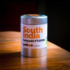 Äntligen ny leverans av South India Sahyadri! Fylligt och gott med lite kryddighet i doften från småbönder i kooperativ i Kerala i sydligaste Indien. #kravmärkt #ekologisktte Dunkin Donuts Coffee, Kerala, Drink Sleeves, Coffee Cups, Drinks, Food, Indian, Drinking, Coffee Mugs