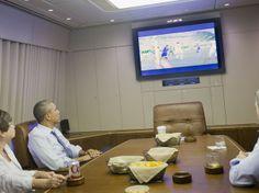 O presidente dos EUA, Barack Obama, assiste ao jogo contra a Alemanha com assessores numa sala de conferência dentro de seu avião ofical http://epoca.globo.com/tempo/fotos/2014/06/fotos-do-dia-26-de-junho-de-2014.html Crédito: AP Photo/Pablo Martinez Monsivais