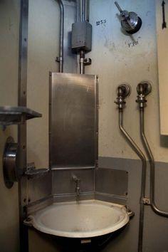 bathroom in Soviet bunker for launching nuclear missiles : Bunkerhygiene: Die sanitären Anlagen des Atomraketenstützpunkts zeichnen sich vor allem durch Übersichtlichkeit aus. Im Krieg hätten die dort stationierten Offiziere 40 Tage im Kommandobunker überleben können.