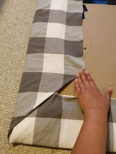 Learn how to make a cheap & easy DIY upholstered headboard with tufting, using simple materials you have at home. No powertools and no sewing needed. Cardboard Headboard, Diy Fabric Headboard, Cheap Diy Headboard, Diy Tufted Headboard, Headboard Cover, Leather Headboard, Diy Headboards, Queen Headboard, Diy Room Divider
