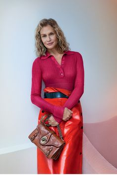 What a glorious image. Lauren Hutton in shades of raspberry and red in the spring/summer 2017 campaign for Bottega Veneta. The model appeared in the Italian brand's spring catwalk show last year, sporting a classic trench and holding the bag s Lauren Hutton, Fashion Over 40, 70s Fashion, Fashion 2018, Cheap Fashion, Fashion Women, Marie Claire, Red Leather Skirt, 70s Mode
