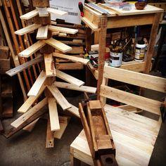 Lavori in corso! Albero natalizio e tanto altro ancora #albero#natale#pallets#tree#noel#pancali#legno#wood#riciclo#sedia#meluzzacrea