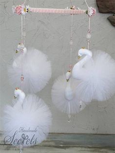 Swan Nursery Decor, Baby Room Decor, Pink Christmas Decorations, Christmas Crafts, Diy Home Crafts, Creative Crafts, Tulle Poms, Mobiles, Pom Pom Crafts