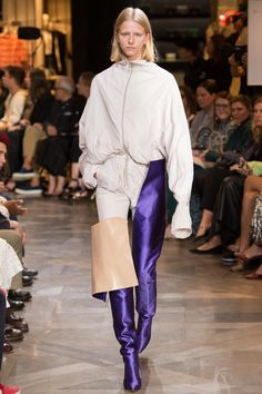 Vetements, Look - Spring 2017 Ready to wear collection - Paris ( Couture ) Week - Bxy Frey French Fashion, High Fashion, Fashion Show, Fashion Looks, Fashion Design, Luxury Fashion, Catwalk Fashion, Fashion 2017, Fashion Brands