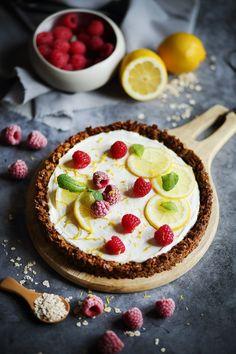 Vous hésitez entre une tarte et un cheesecake ? Pas d'inquiétude, j'ai la solution avec cette recette. 😉  La crème cheesecake est parfumée au lemon curd et la pâte à tarte a été troquée pour un fond granola. Granola, Cheesecakes, Sweet Desserts, Cobbler, Cheesecake Recipes, Mousse, Tea Time, Panna Cotta, Good Food