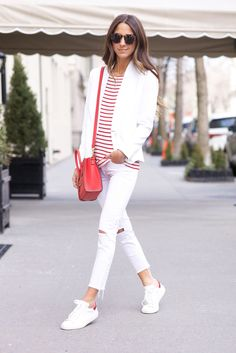 Trendy how to wear converse white chic ideas Casual Street Style, Street Style Women, Street Styles, How To Wear Sneakers, Outfits Otoño, White Chic, Shoes With Jeans, How To Wear Scarves, White Sneakers