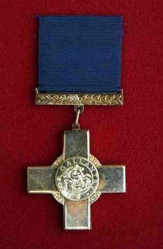 """The George Cross (GC)  В 1940 году, 24 сентября, когда самолеты Люфтваффе бомбили Британию, король Георг VI учредил новую награду - Георгиевский крест, которым отмечали гражданских лиц """"за проявленную отвагу"""". По значимости эта награда вторая после креста Виктории. Георгиевским крестом в частности награжден остров Мальта - за героизм, проявленный во время Второй мировой войны."""