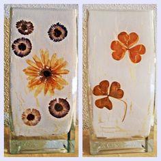 Jarrón cuadrado de cristal, con flores secas naturales y craquelado.