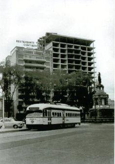 Tranvia circulando sobre la Avenida Paseo de la Reforma en la Ciudad de México,  durante la década de los 50's.