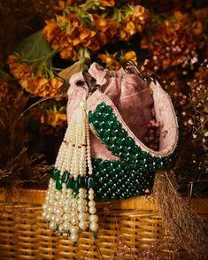 Diy Bags Easy, Simple Bags, Rajputi Jewellery, Potli Bags, Diy Tote Bag, Handbag Stores, Beaded Bags, Little Bag, Fabric Jewelry