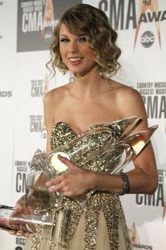 Taylor Swift with CMA awards.2009