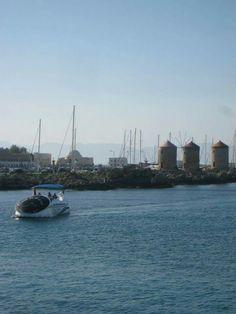 Lasipohjavene satamassa