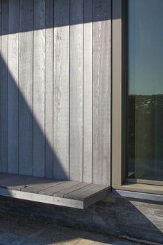 Varierad bredd på fasadpanelen – 98, 123 och 148 mm. Materialet blir som tidigare nämnts Kebony-behandlad furu som med tiden får en silvergrå patina.