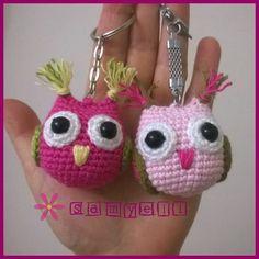 Önce şunu belirteyim: Bunun pat… Let's add another keychain recipe. First of all, I am not the pattern of this, Kristitullus. Crochet Kawaii, Crochet Owls, Crochet Motifs, Crochet Gifts, Crochet Animals, Crochet Baby, Crochet Patterns, Owl Keychain, Crochet Keychain