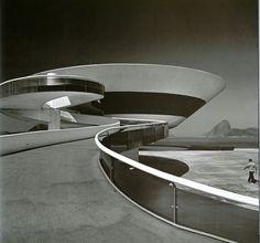 power, Oscar Niemeyer, Source : http://bianconerosempre.blogspot.jp/2013/09/linea-perfetta.html
