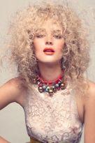 Blonder schulterlanger Afro aus dichten Locken
