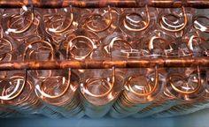 """IceBear: aire acondicionado con hielo. IceEnergy es una empresa que fabrica IceBear, un aparato de aire acondicionado con hielo, que es compatible con el 85% de los sistemas de climatización. Se basa en el concepto de """"batería de hielo"""". El modelo residencial (IceBear20) fabrica hielo en un tanque aislado de mil litros. Lo hace en las horas más frescas y/o cuando es más barata la electricidad. En las horas calurosas, utiliza el hielo para refrescar la casa, c"""