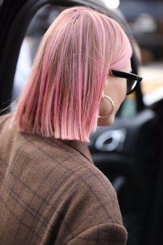 Pink Hair Streaks, Pink Hair Highlights, Pink Ombre Hair, Pastel Pink Hair, Hair Color Pink, Black Girl Pink Hair, White Hair, Medium Hair Styles, Short Hair Styles