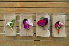 Flores de colores para el botón del novio de bodas