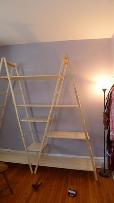 Put 2 ladder shelves together and add different size boards at different levels instead of all going straight across. Diy Home Decor Bedroom, Easy Home Decor, Skateboard Furniture, Pinterest Room Decor, Diy Clothes Storage, Diy Ladder, Ladder Shelves, Home Decor Shelves, Diy Interior