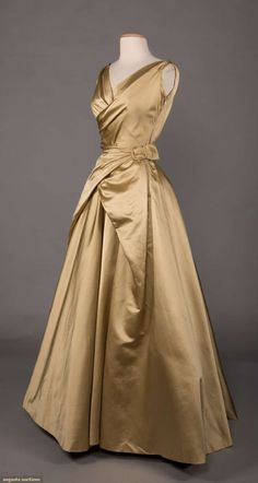 North America's auction house for Couture & Vintage Fashion. Vintage Gowns, Vintage Outfits, 1950s Fashion, Vintage Fashion, Retro Mode, Clothing And Textile, Historical Clothing, Beautiful Gowns, Fashion History