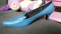 Elsa shoes! Take an old pair of heels and cut out your own design for the top portion. Then: sand down the shoes to take off the protective coat, and do no less than 2 coats of acrylic paint. After that, mix together Mod Podge and the color glitter you want and apply a thick coating. Follow up with one more coat of plain Mod Podge to seal everything in. Elsa Cosplay, Disney Cosplay, Costume Ideas, Costumes, Frozen Costume, Disney Princesses, Seal, Little Girls, Kitten Heels