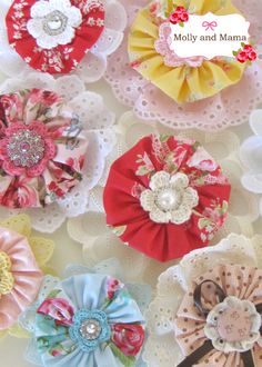 Sewing Fabric Flowers Beautiful Fabric Flowers Tutorials - Skip to my Lou - Fabric flowers can be used in many ways, whether it's in your hair, on a pillow, even your favorite outfit! Over 40 gorgeous free patterns! Cloth Flowers, Fabric Flowers, Sewing Crafts, Sewing Projects, Diy Crafts, Art Projects, Fabric Flower Tutorial, Bow Tutorial, Fabric Brooch