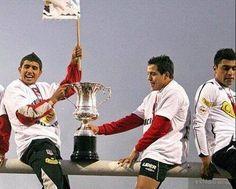 Arturo Vidal (Juventus) y Alexis Sánchez (Barcelona), claves en Selección Chile, con Colo Colo Alexis Sanchez, Barcelona, Soccer, King, Necklaces, King Arthur, Bicycle Kick, Madness, Legends