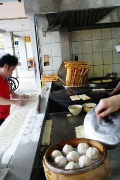 a hungry girl's guide to taipei: breakfast/taiwanese: i strongly recommend YONG HE DOU JIANG DA WANG