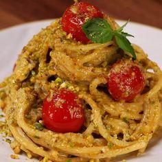 """This is """"Spaghetti in crema di ricotta, basilico e pistacchi con pomodorini"""" by Al.ta Cucina on Vimeo, the home for high quality videos and the people… Italian Dishes, Italian Recipes, Delicious Vegan Recipes, Healthy Recipes, Sauce Spaghetti, Pasta Recipes, Cooking Recipes, Ricotta Pasta, Food Humor"""