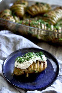 """Pieczone ziemniaki Hasselback przekładane wegańskim """"boczkiem"""" - Tofu, Baked Potato, Grilling, Food And Drink, Potatoes, Vegetarian, Meat, Chicken, Baking"""