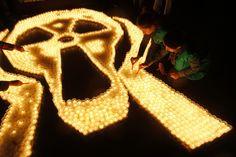 Bukarest, Rumänien, von Bogdan Cristel/Reuters, publiziert am 10. März 2013    Am zweiten Jahrestag der Dreifach-Katastrophe in Japan entzünden in der rumänischen Hauptstadt Bukarest Greenpeace-Aktivisten Kerzen im Gedenken an die Opfer des Erdbebens, des Tsunamis und des Atomunfalls im Kernkraftwerk Fukushima Daiichi.