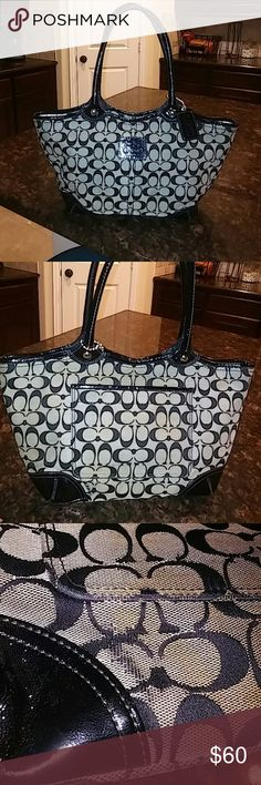 😍Coach bag😍 Gently used bag measuring 1f5in wide and 10 inches deep really cute 😍 Coach Bags Shoulder Bags
