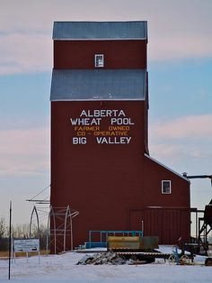 Grain elevator in Big Valley, Alberta Country Barns, Country Life, Cool Countries, Countries Of The World, Grain Storage, Canadian Prairies, Grain Silo, Canada Eh, Canadian History