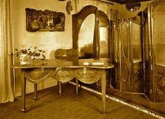 Muebles diseñados por Gaudí para los Milá. Tras la muerte de Gaudí, Roser Segimon se deshizo de parte del mobiliario modernista y redecoró la casa al estilo Luis XVI. En la Casa-Museo del Park Güell se conservan algunos ejemplos de ese mobiliario]. A pesar de todo ello, la obra se acabó, asumiendo el honor de ser la última obra civil que hizo Gaudí, antes de dedicarse por completo a la Sagrada Familia.