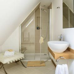 une salle de bain avec une douche sous combles