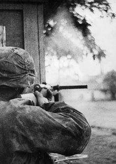1941, Union Soviétique, Un Waffen-SS armé d'un Bergmann MP-35 au combat