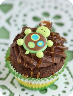 Turtle cupcakes - with a video tutorial for how to make the little turtles from royal icing
