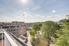 Te koop: Eerste Keucheniusstraat 10III/IV, Amsterdam - Hoekstra en van Eck - Méér makelaar. Charmant en comfortabel wonen! Dat kan in deze prachtige dubbele bovenwoning met balkon en riant dakterras van maar liefst 22m2 gelegen op eigen grond! In 2004 is het pand gesplitst en verbouwd maar de karakteristieke uitstraling is mooi in stand gehouden. Het afwerkingsniveau is keurig waardoor je de woning snel kunt betrekken.